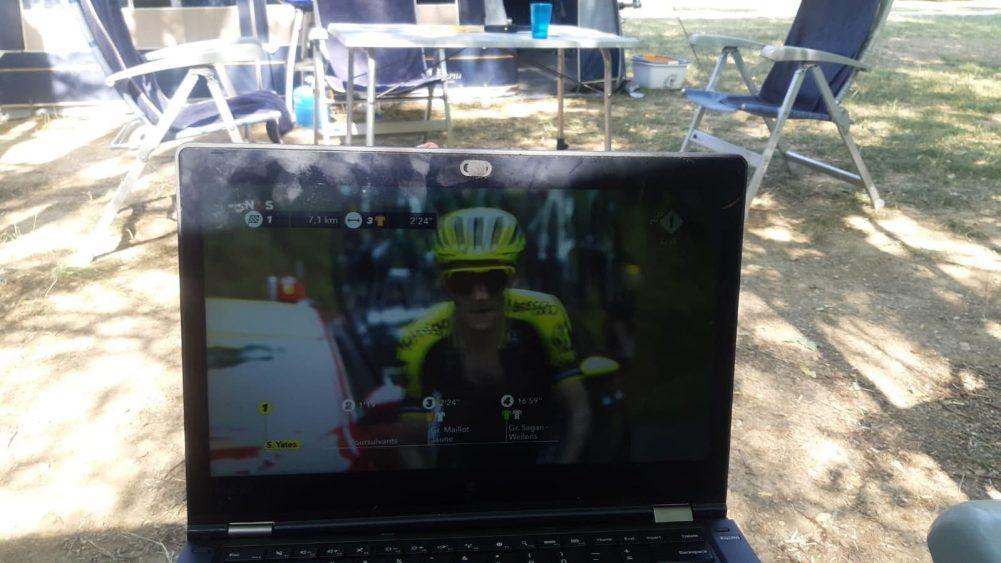 TV-Kijken-Op-Laptop-Camping