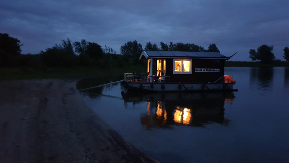 Met de houseboat de nacht in